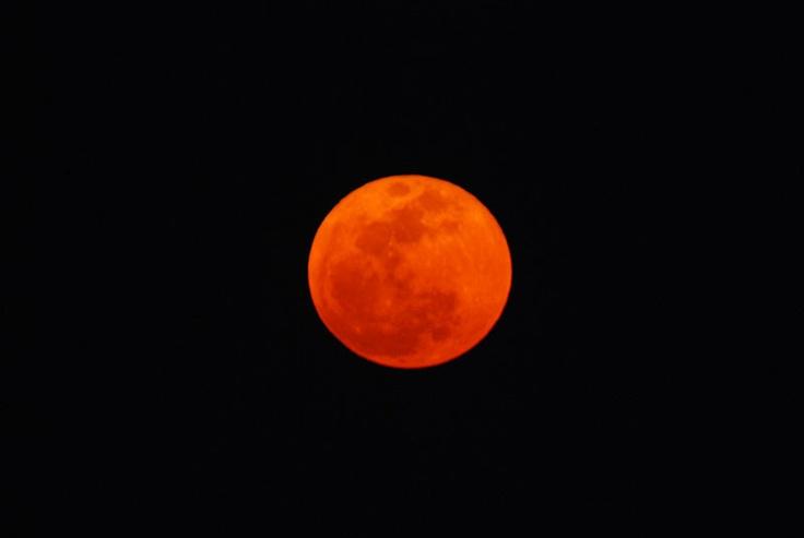当日現地は風があって、ブレ。   意外と月の昇る速度が速くて被写体ブレ。   腕がなくて、ぼんやり甘いお月様・・・