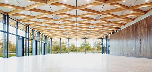 Festhalle Neckartailfingen, transparente Fassaden Richtung Park und Fluss. Ackermann + Raff, Stuttgart