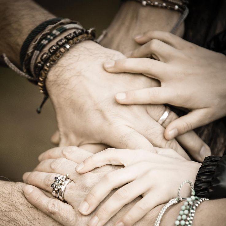November. Allt blir så mycket bättre om det finns någon att hålla i hand.  Foto: @fotonicander  #höstlov #familj #wakami #armband #morethanabracelet #sepia