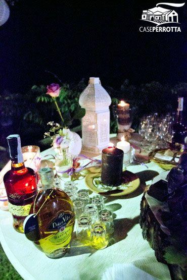 Tavolo del cioccolato per matrimonio serale sul prato