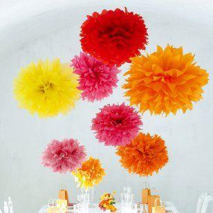 des pompons en papier de soie rouge, orange et jaune