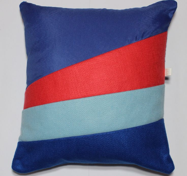 Almofada faixa azul e coral, colorida e moderna!  Tamanho 40x40cm Contato: delasdecor@gmail.com