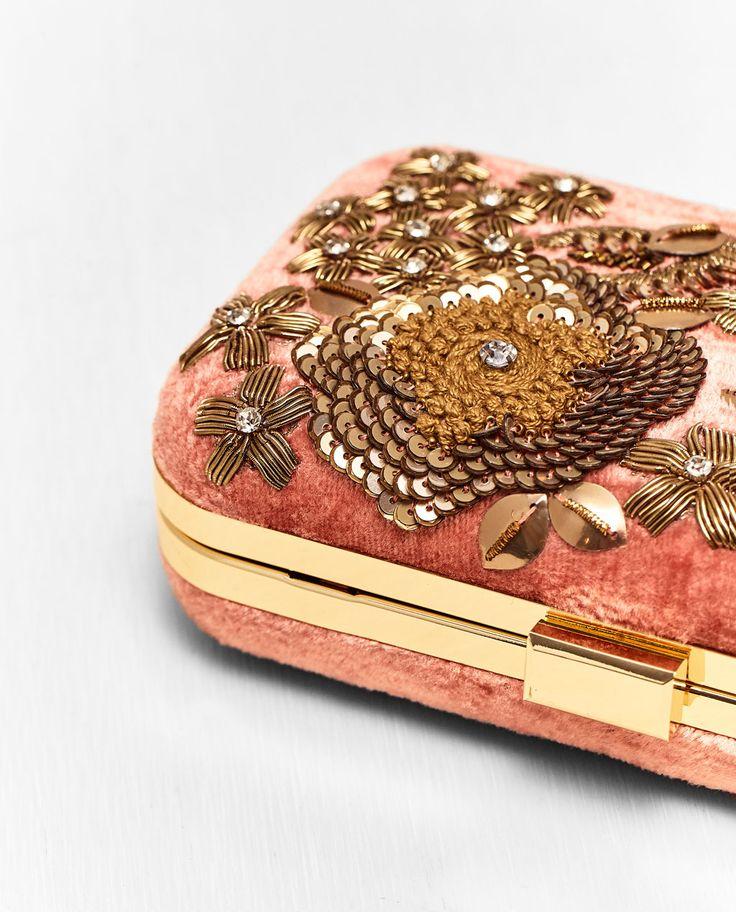 Imatge 2 de CAPSA EN VELLUT I DETALLS BRODATS de Zara