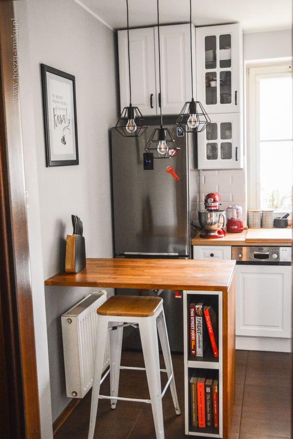 Mała kuchnia z białymi frontami. Barek stołowy z miejscem na książki kulinarne / Small Kitchen with white cabinets. Bar-table with culinary books