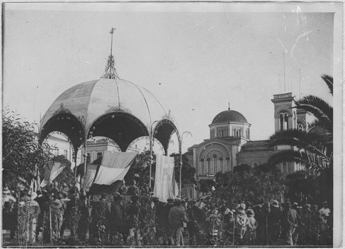 Opérateur K (code armée, photographe) - Venizélos au Pirée (22 juin 1917 – 14 juillet 1917). La musique française, sur l'ordre du général Régnault, jouera les mercredis et samedis au jardin des Titans : Le premier concert.