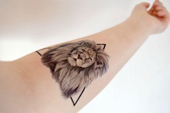 les 43 meilleures images du tableau tatouage lion sur pinterest id es de tatouages puissance. Black Bedroom Furniture Sets. Home Design Ideas