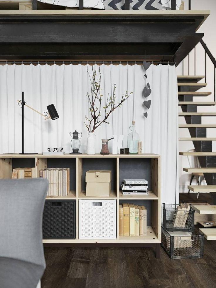 aménagement studio aménagé avec une commode en bois clair et paniers de rangement
