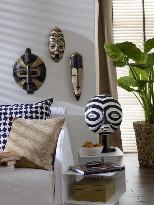 art africain: masques sur le mur du salon