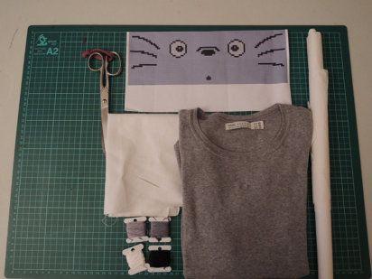 camiseta bordada en punto de cruz