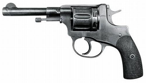W szeregi PP dotkniętej początkowym deficytem uzbrojenia najchętniej przyjmowano kandydatów z własnym naganem czy mauserem