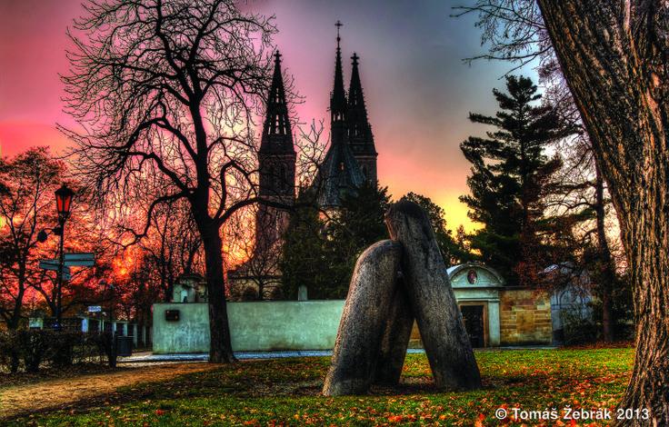 Vyšehrad - záhadné sloupy zde podle legendy ve vzteku upustil čert. A pokud rozluštíte tajemný nápis na vnitřní straně jednoho z nich, přijde Praha o jednu ze svých legend.