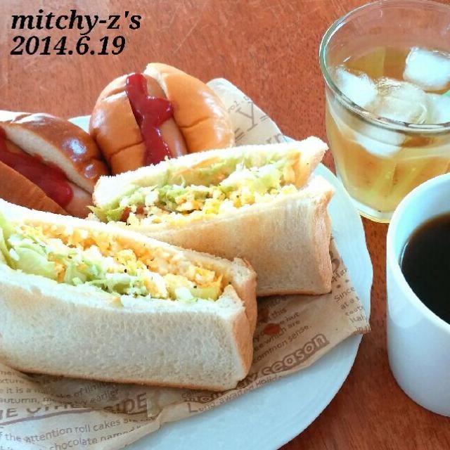 冷凍してる激安の食パン&バターロールで簡単に(*^^*) こんな料理でも作る元気が出てきたことが嬉しい…(*´∀`) そしてこういうのんが一番美味しい…♪ - 68件のもぐもぐ - 今日のランチはなんちゃってジャーマンドッグとサンドイッチ♪ by ミッチーZ