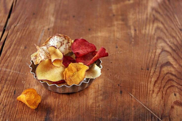 Le chips di verdure sono un antipasto sfizioso che si può servire anche come contorno e che costituisce un'alternativa alle patatine fritte