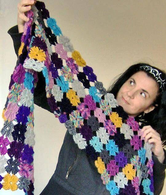 Virka blommor av restgarn, till en sjal, filt, duk ... eller för att fästa på en mössa eller en kofta.