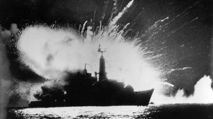 Ataque argentino al HMS Sheffield el 4de mayo de 1982. Murieron 20 personas. Fue el primer barco de la Royal Navy hundido en una guerra en cuarenta años (AP)
