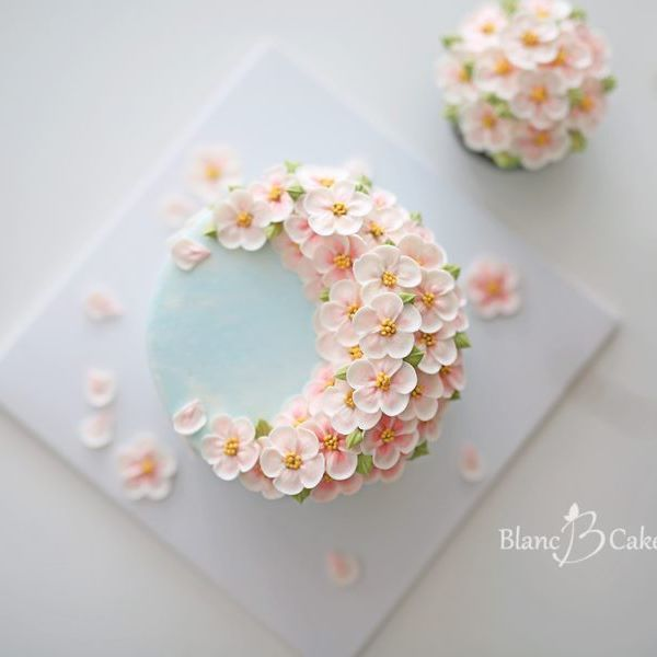 Cake Decorating Cream Flowers : Best 25+ Small cake ideas on Pinterest Kate spade cake ...