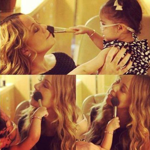 Mariah Carey receives a #makeover from her daughter Monroe. #mariahcarey #motherhood #makeup