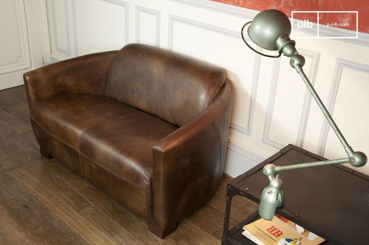 Ein kleines gemütliches Ledersofa für das Wohnzimmer. Es kann aber auch zweckentfremdet als vintage Sofa in den Eingangsbereich gestellt werden.