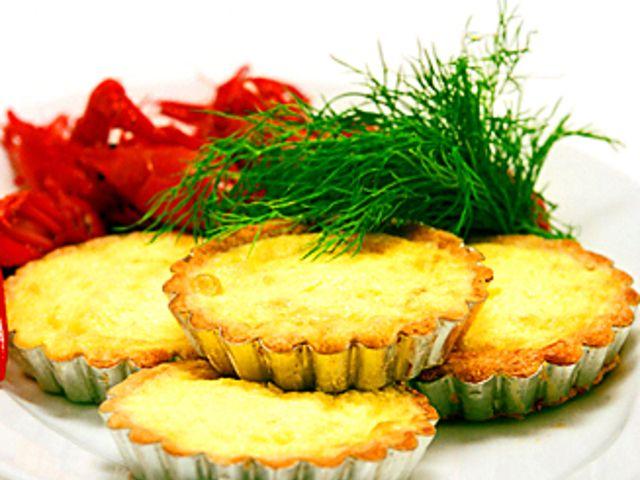 Små västerbottenpajer (kock recept.nu) till kräftor.  Small pies with Västerbotten cheese  (in Swedish) Pajdeg: 3 dl vetemjöl 1 krm salt 150 g smör 1 msk iskallt vatten   Fyllning: 400 g riven Västerbotten 4  ägg 4 dl mjölk 1 dl grädde   salt och malen vitpeppar