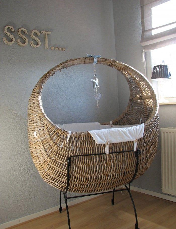 Een leuke wieg voor de wat kleinere babykamer! met lichte kleuren en de bekende lettertjes houd je het simpel en rustig.