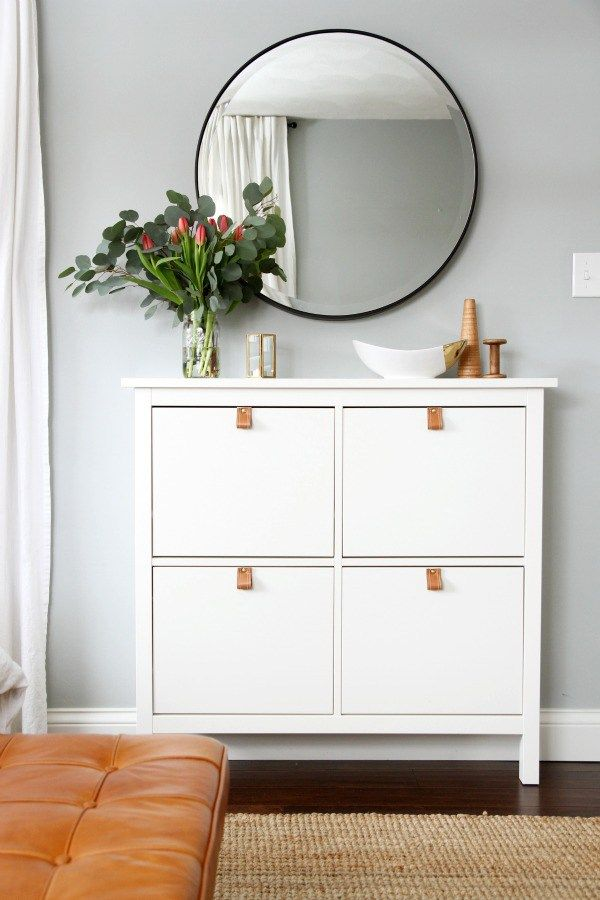Ikea shoe cabinet makeover or perfect in the entryway to small apartments. And the round mirror over the square cabinet is perfect.