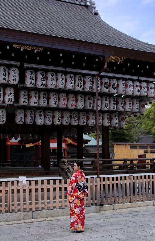 Kjóto, veľké ako Praha, vám po príchode z Tokiapríde ako mestečko, v  ktorom všetko poznáte, hneď sa orientujete, všetko je blízko a bicyklom ho  celé obehnete krížom-krážom za deň.Kjóto je staré, historické a jedno z  posledných miest kde ešte nájdete regulérne Gejše (v Kjóte sú to Maiko  ale