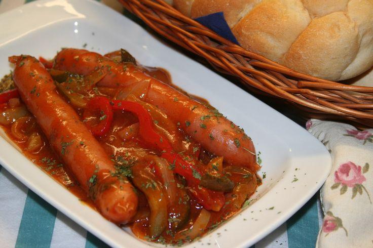 Cikánské párky podle oujezdské babičky                                                 Cibuli nakrájíme na měsíčky a opečeme je na oleji nebo sádle. Zasypeme moukou a mletou paprikou, prosmahneme a zalijeme teplým vývarem a rajským...