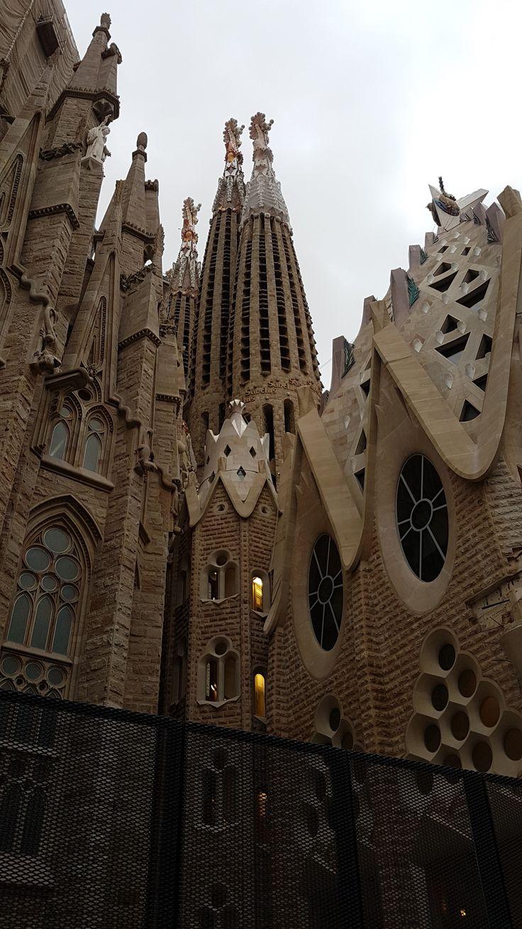 Szerencsés helyzetben vagyok, mert a munkámat általában tudom utaztatni, ezért csak a pénztárcám szab határt az utazásaimnak. :) Épp ezért történhetett az, hogy az idei 1 hetes síelés után csupán 5 napot tölöttem itthon, és már repültem is, hogy bejárjam, és végigegyem Barcelona városát.Nem…