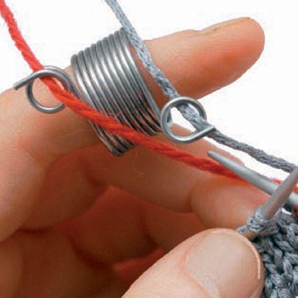 Med trådførerring blir trådføringen jevn og fin i tofargede mønstre. Fra Addi.