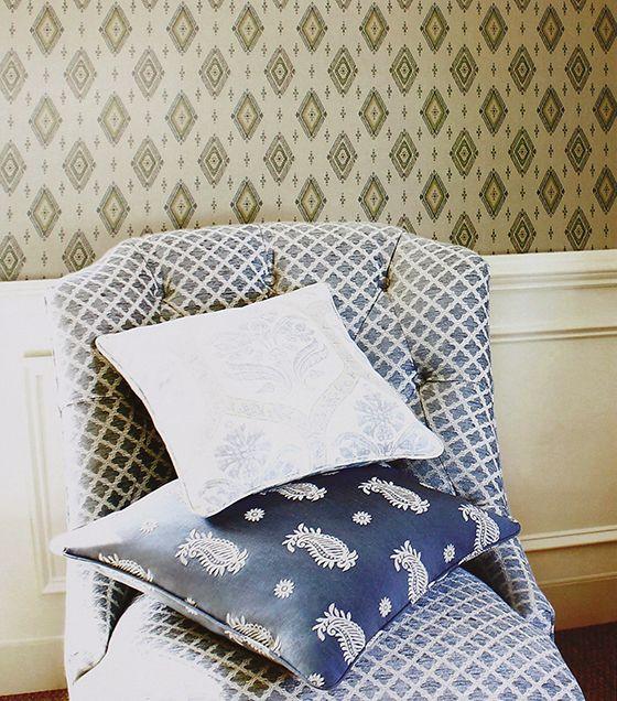 O papel de parede estampado ponto cruz é uma ótima opção para a decoração, seja de áreas comuns, ou até mesmo do quarto. Com cores suaves, dá um ar clássico ao ambiente, combinando com cores claras e frias.