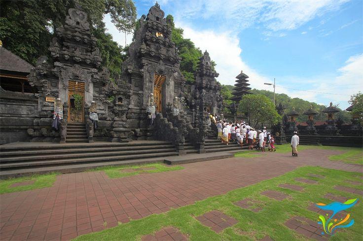 Diyakini sebagai salah satu pelindung Bali, pura yang terletak di pinggir pantai ini sangat unik karena dibangun tepat di muluat sebuah goa yang dihuni ribuan kelelawar. Tempatnya berada di jalur utama menuju kawasan timur Bali, sangat mudah ditemukan. More info: http://fantasticbali.com/tempat-wisata/pura-goa-lawah.htm