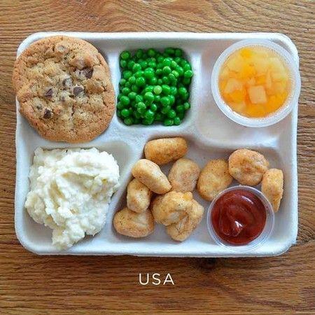 Amerika Serikat: ayam goreng, kentang tumbuk, kacang polong, buah cup, dan cookies cokelat.