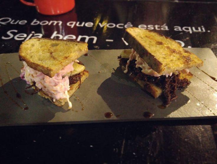 Hoje tem Qoma no show room da @allianceoficial  no Altiplano com um menu especial!  - : Pork Pulled Sandwich (sanduíche de carne de porco desfiada molho barbecue e coleslaw [salada de repolho]).  - Teremos também o nosso hambúrguer de salmão que já tá fazendo sucesso. Vem provar! -  A partir das 18h - Show room da Alliance Altiplano. by qomafoodtrailer