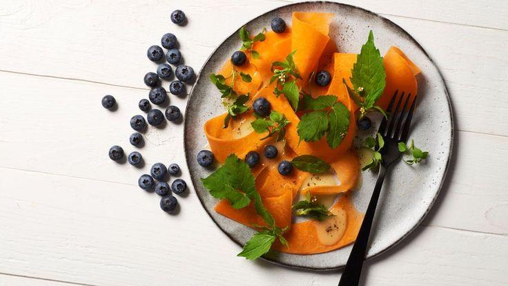 Aus Kürbissen lassen sich nicht nur schwere Suppen und Currys machen. Die leichte Alternative ist ein Carpaccio. Nur zum richtigen Kürbis muss man greifen.