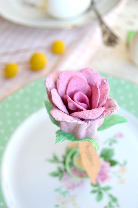 Guarda il video tutorial e scopri come realizzare una romantica rosa segnaposto, perfetta per decorare la tavola di primavera con fiori e colori