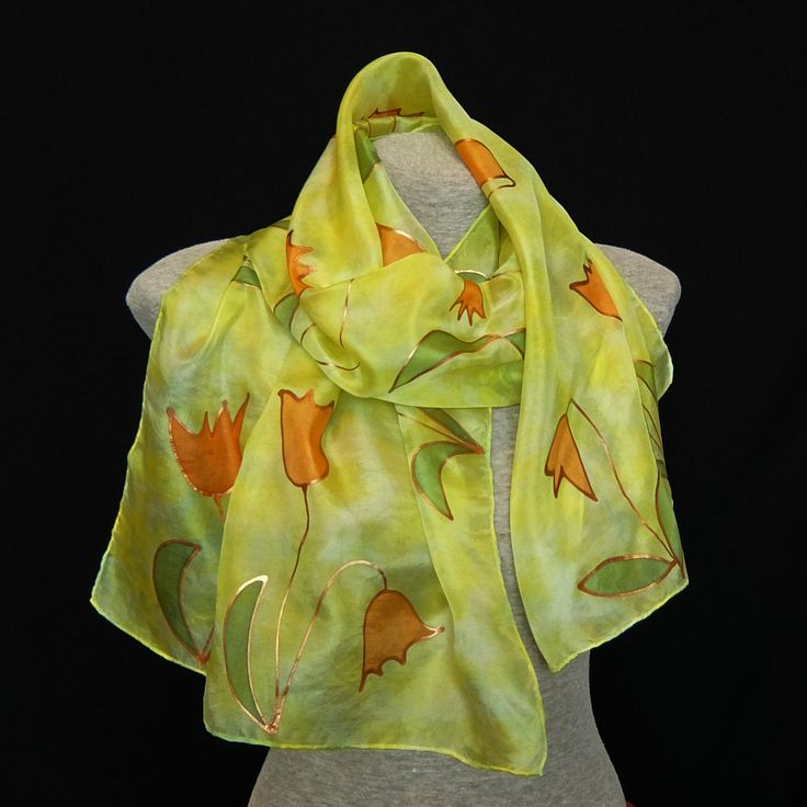 Jarní+tulipány+-+hedvábná+šála+Hedvábná+šála+v+odstínech+svěží+jarní+zelené+a+žluté,+zdobená+malovanými+tulipány+s+měděnou+konturou.Nádherně+se+leskne+na+slunci.+Hedvábná+šála+o+rozměrech+40x150+cm.+Použité+hedvábí+je+kategorie+ponge.+Výborně+se+hodí+k+saku+a+přesto+zahřeje,+když+zafouká+studený+vítr.+Parou+fixované+barvy+pronikají+přímo+do+...