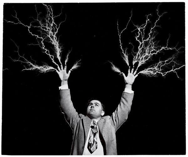 De l'électricité jaillit des doigts surmontés de dés d'un «prédicateur-scientifique» (Août 1955)