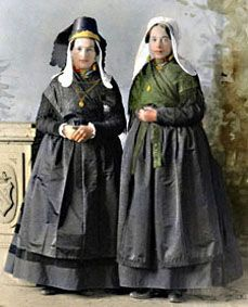 Hulst Zeeuws Vlaanderen 1894  Regional dress refers to the traditional clothing worn by communities in various villages and regions in the Netherlands. At the way of dressing; one could see if a woman lived in wealth, whether her husband belonged to a lower stature. Either she was married, or marriageable, in great or minor mourning, protestant or catholic. In earlier times the clothing was vivid, burlesque and colourful.