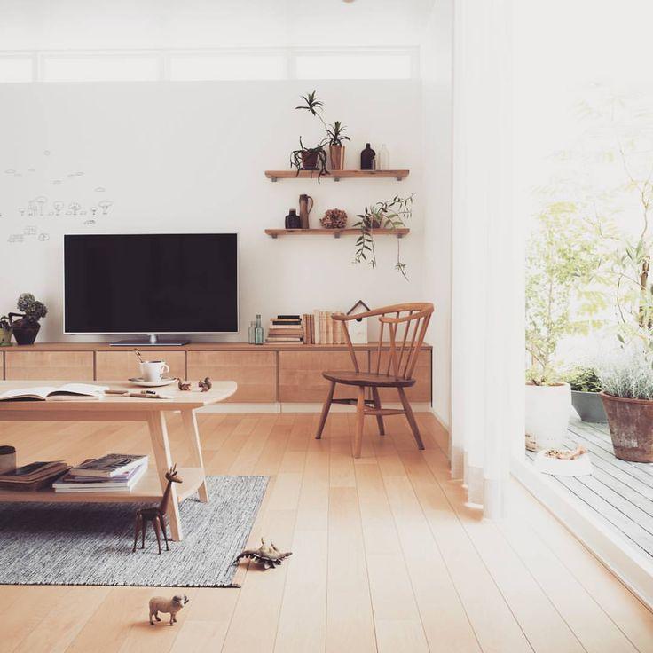 いいね!546件、コメント2件 ― エナ・ホーム株式会社さん(@enanoie)のInstagramアカウント: 「お庭とつながるリビングルーム。リビング横にウッドデッキを作り、自然を身近に感じるリラックス空間に仕上げました。メープル色の内観で優しさとやわらかさを出し、飾り棚でナチュラル感をプラスしました。床とフラットのウッドデッキは、窓を開ければリビングの延長スペースとしてご利用いただけるので、天気の良い日はお気軽にお庭カフェだって楽しんでいただけます。…」