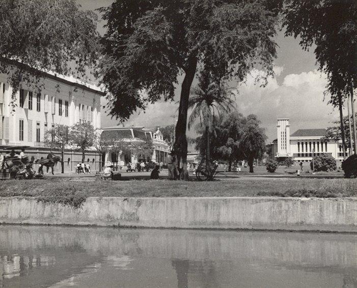 Straatbeeld, Grootehuis, Postkantoor aan de Bodjongweg met achtergrond van De Javasche Bank in Semarang (1933).