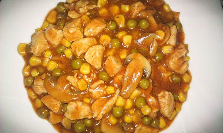 Kuracie prsia si nakrájame na kocky, osolíme a okoreníme. Na panvicu si dáme rozpáliť olivový olej a pridáme mäso. Mäso opečieme, pridáme zeleninu a necháme chvíľu dusiť. Po podusení pridáme kečup, mletú papriku, korenie, soľ a vodu a necháme variť kým šťava nezhustne. Pokiaľ máte radšej hustejšiu šťavu, môžte pridať hladkú múku na zahustenie. Soté podávame z ryžou.