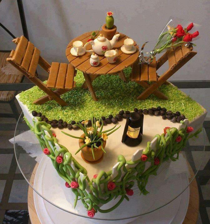 Tarta de cumpleaños de un jardín con mesa, sillas y rosas