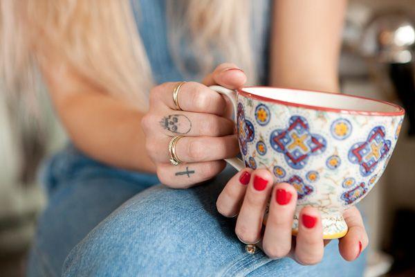 Rings & tattoos.Skull Tattoo, Teas Cups, Fingers Tattoo, Coffe Cups, Crosses Tattoo, Red Nails, Hands Tattoo, Teacups, Rings Tattoo