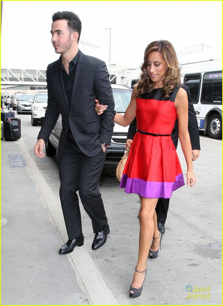Kevin and Danielle Jonas at LAX...simple colorblocking dress!<3