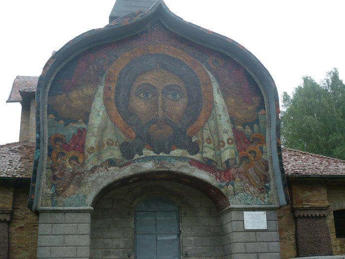 Именно здесь Николай Рерих создал одну из своих величайших художественных работ – огромную мозаику «Спас Нерукотворный» с изображением лица Иисуса. Мозаика, выложенная на портале церкви Святого Духа