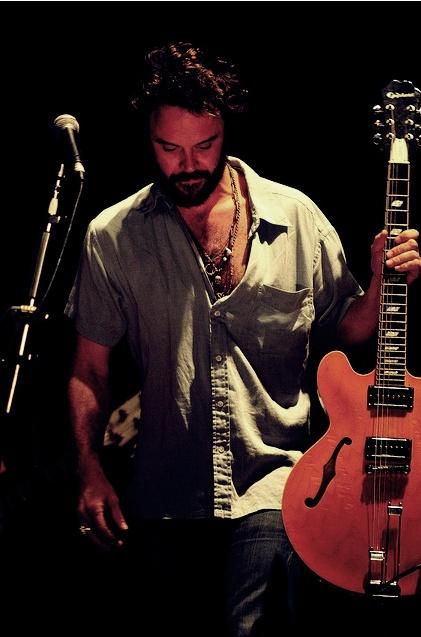 Rodrigo Amarante, multi-instrumentista, membro do Los Hermanos, Little Joy, Orquestra Imperial e colaborador com vários músicos. No início da carreira tinha poucas composições nos cds do Los Hermanos, mas com o passar do tempo, se tornou tão essencial quanto Marcelo Camelo.