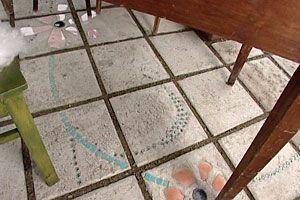 En blomsterslinga slingrar sig över lusthusets golv. Gjut egna plattor.