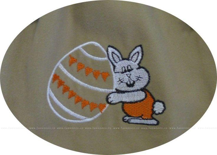 Detail zajíčka s velikonočním vajíčkem