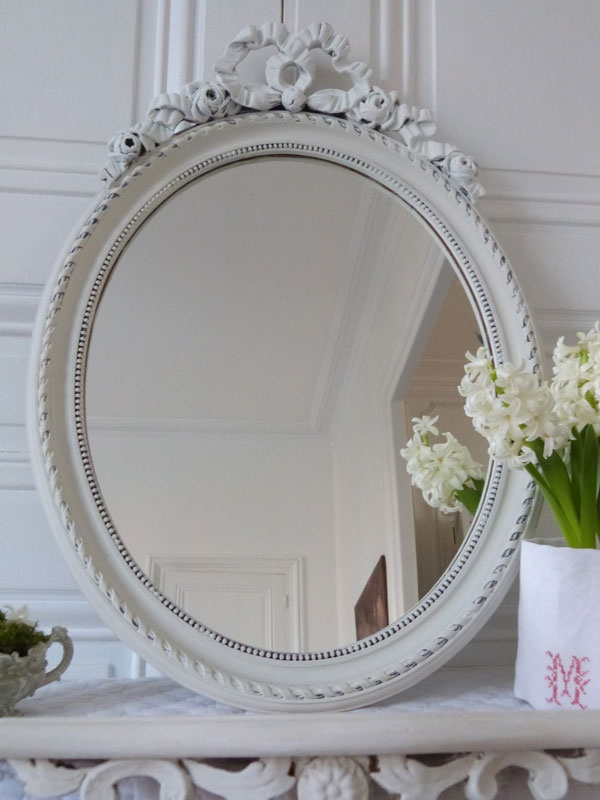 Miroir patiné. Love the monogram around the flowers. Pretty detailed touch.