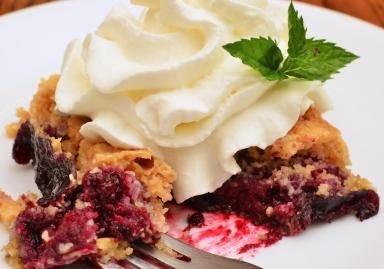 Blackberry dump cake with whipped cream - 6 INGREDIENTS
